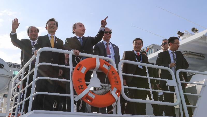 Joining Busan Port tour with Prime Minister of Vietnam