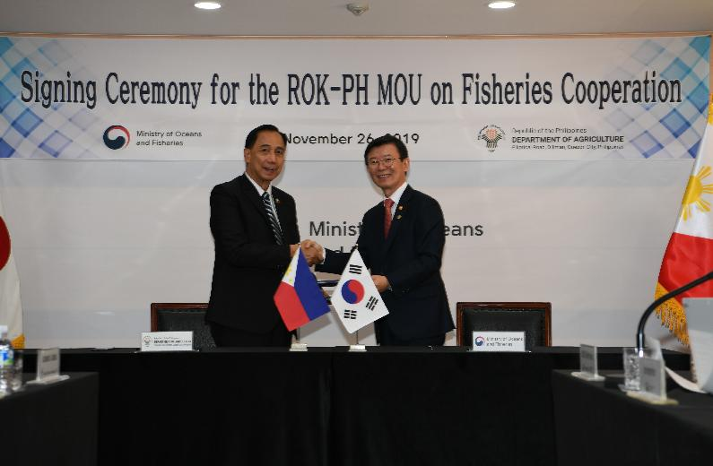 Signing Ceremony of MOU on Fisheries with Minister of Department of Agriculture of Philippine